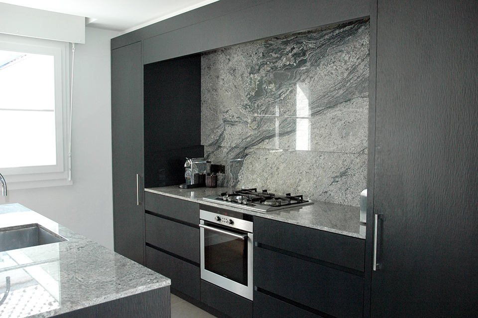 Kitchen in Brazilian Piracema granite, a grey coloured veined granite