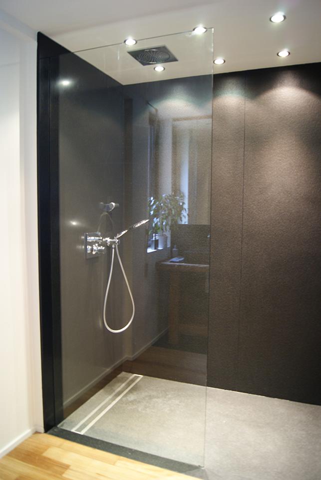 Bathroom in black granit from Karnataka by Ateliers SANSONE