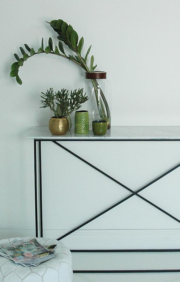 Console en métal noir mat, plateau marbre blanc de Carrare