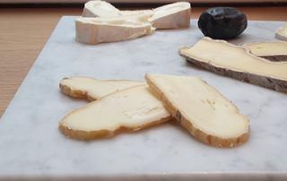 Pablo et Valentina planche en marbre blanc fromage