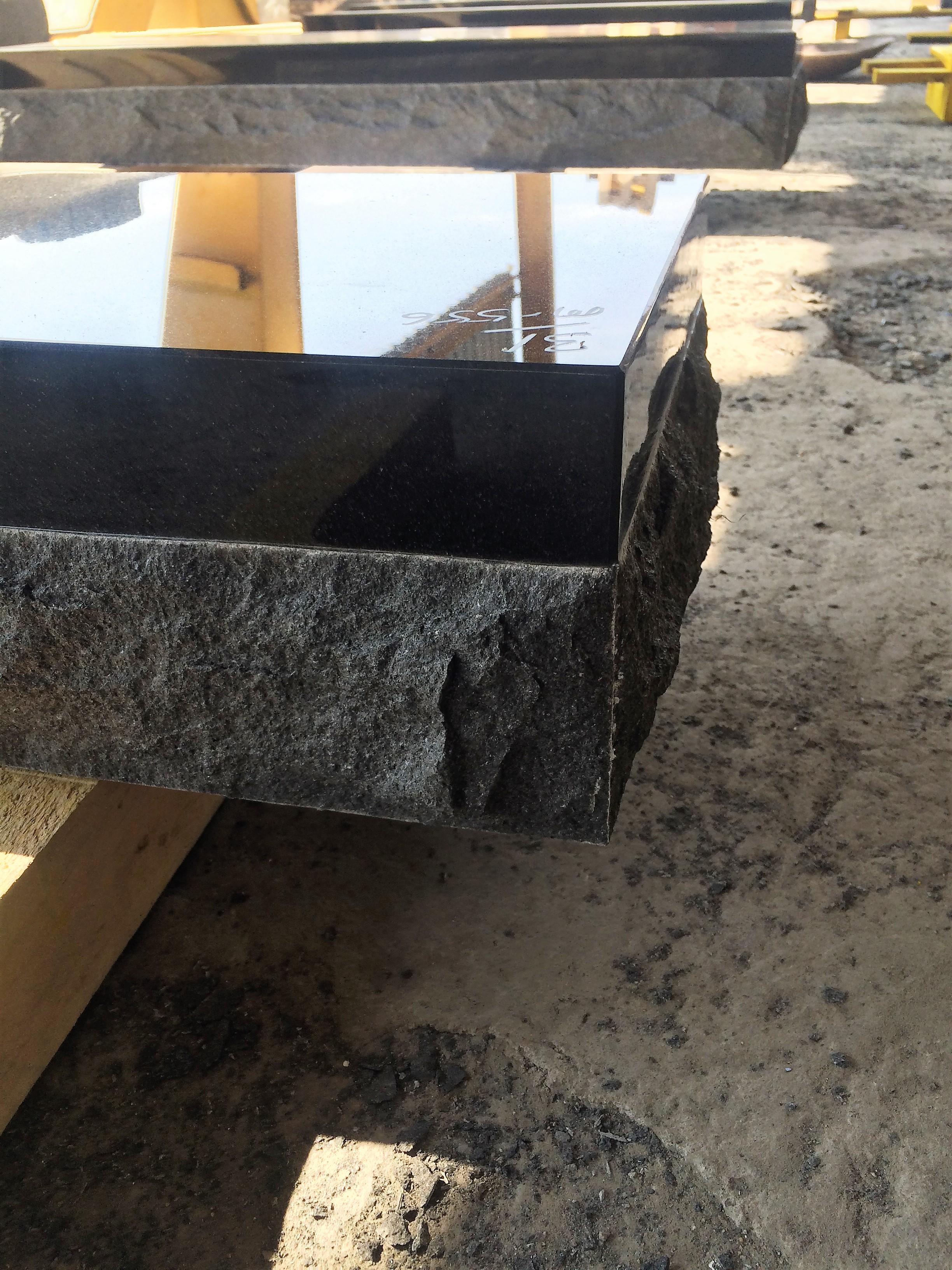 Sansone choisi avec attention ses matières, granit, marbre, pierre naturelle pour réaliser des articles de qualité.
