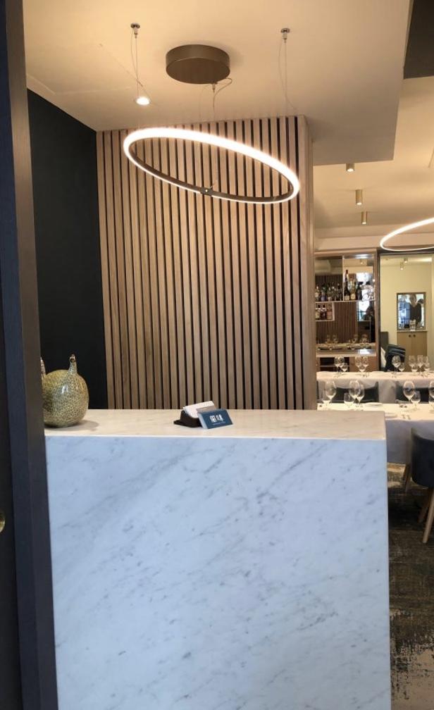 Reception Axel restaurant meuble en marbre blanc de carrare
