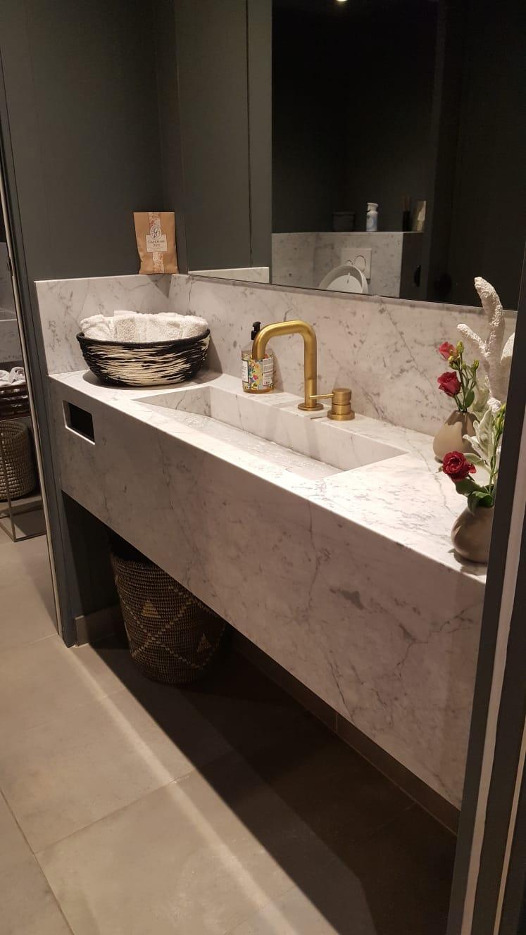 Bathroom l'Axel Restaurant in White Carrara Marble